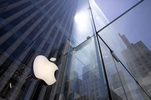 Apple becomes 1st US company to hit $2 trillion in market value