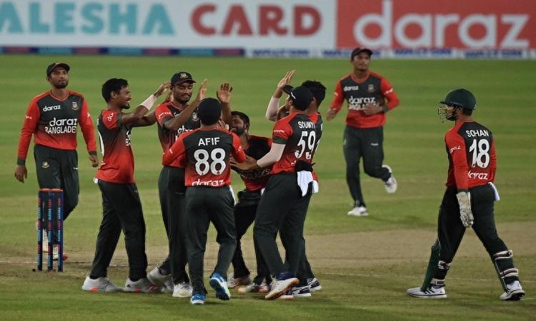 Bangladesh hold nerve to beat Australia by 10 runs, clinch T20I series